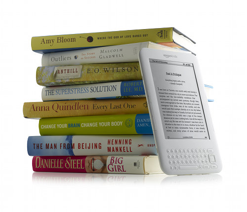 Kindle with books white Novo anuncio Amazon Kindle   The Book Lives On